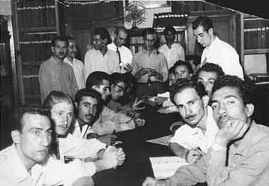 عكسي از دانشجويان نخستين دوره آموزش روزنامه نگاري ايران كه در تيرماه 1335 برداشته شده است.