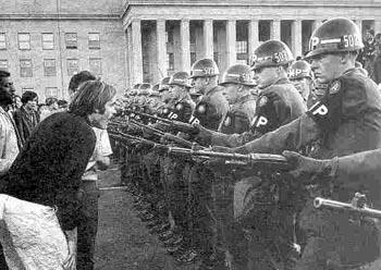 تظاهرات ضد جنگ ويتنام در برابر پنتاگون (ساختمام وزارت دفاع آمريكا)
