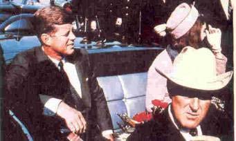 كندي در خودرو روباز در كنار همسرش ژاكلين اندكي پيش از قتل ـ  جان كانالي فرماندار تكزاس در صندلي جلو نشسته است