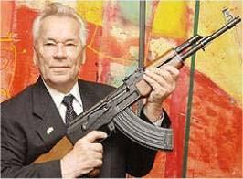 سرلشكر كالاشنيكوف با تفنگ معروفش AK-47