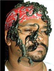 عقرب ها بر سر و صورت علي خان (در يک نمايش)